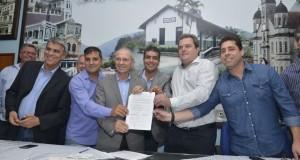 Assinatura do convênio com Secretaria de Estado de Esportes e Lazer (Sesport) e a prefeitura para a construção de um ginásio poliesportivo na comunidade rural de Sumidouro
